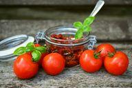 Zwiebelkuchen schmeckt auch mit frischen oder getrockneten Tomaten super.