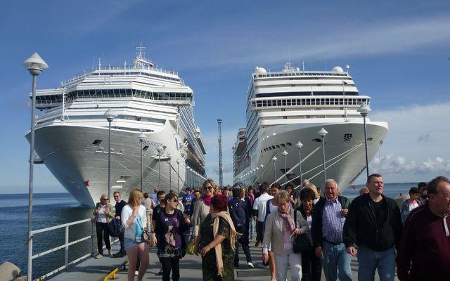 Kreuzfahrtschiffe, Kreuzfahrten: Beim Landgang überrennen Touristenströme den Ort.