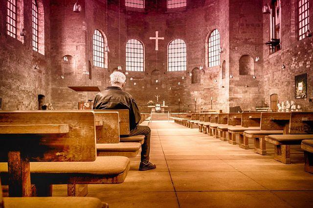 Bevor du dich für einen Urlaub im Kloster entscheidest, kann es dir helfen, an einem Gebet der Gemeinschaft teilzunehmen.