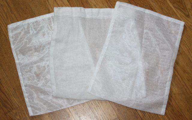 Wasche das Mikrofasertuch in einem selbst genähten Wäschenetz.