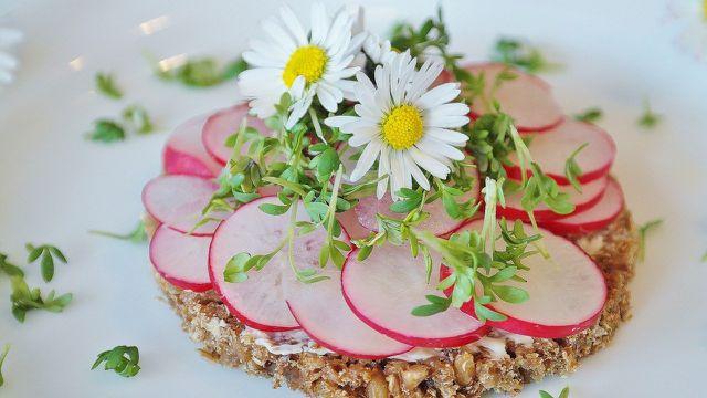 Brot und Aufstrich lassen sich gut vorbereiten und ergeben im Handumdrehen eine gesunde Mahlzeit.