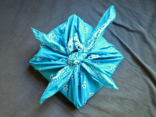 Mit einem Furoshiki kannst du beispielsweise quadratische Geschenke einpacken.