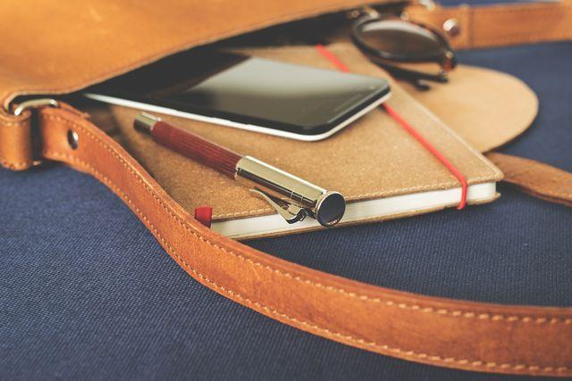 Gerade in einer Tasche mit anderen Gegenständen wird das Handy schnell dreckig. Mit einer Handytasche kannst du es schützen.