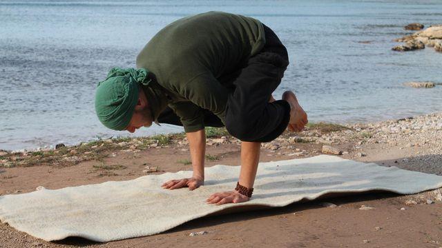 Diese Variation der Krähe ist für Anfänger besser geeignet als die volle Variante des Yoga-Asana.