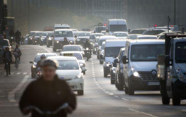 Bei einem Gebrauchtwagen musst du die alte Umweltplakette entfernen, bevor du eine neue anbringen kannst.