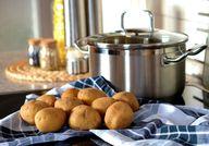 Für das Curry brauchst du nur einen Topf, weil du die Kartoffeln nicht extra kochen musst.