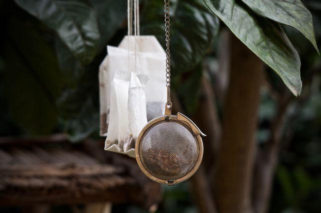 Ein Kamillenbad kannst du mit Teebeuteln oder getrockneten Blüten zubereiten.