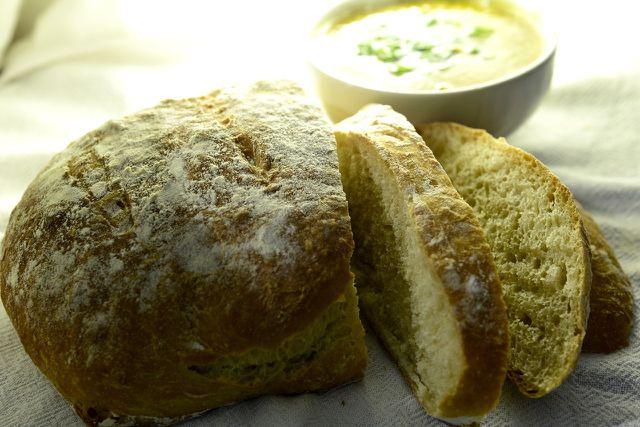 Muskatkürbis auf Brot gebacken ist ein schnelles Ofengericht.