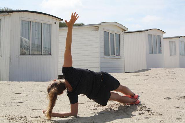 Mit der Side-Plank trainierst du deine seitliche Bauchmuskulatur.