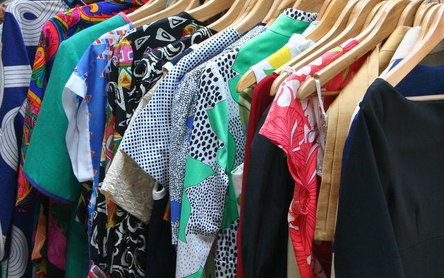 """Kleidung luftig aufhängen und regelmäßig """"bewegen"""" - so kannst du Kleidermotten bekämpfen."""