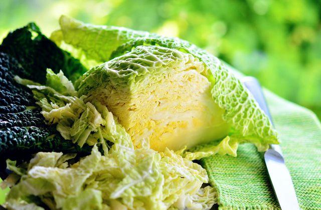 Die inneren Blätter des Wirsings kannst du nach dem Einfrieren später gut für Wirsinggemüse verwenden.