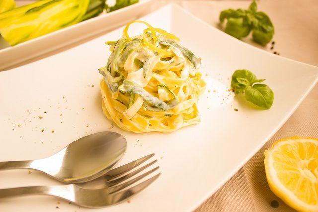 Kaufe bevorzugt Bio-Zutaten ein, wenn du Nudeln mit Zucchini zubereiten willst.