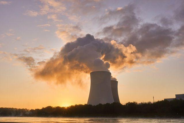Atomkraftwerke erzeugen relativ günstigen Strom – doch sie bergen auch viele Nachteile und Risiken.
