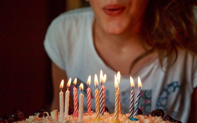 Bei Geburtstagsfeiern landet Kerzenwachs gerne mal auf dem Tischtuch.