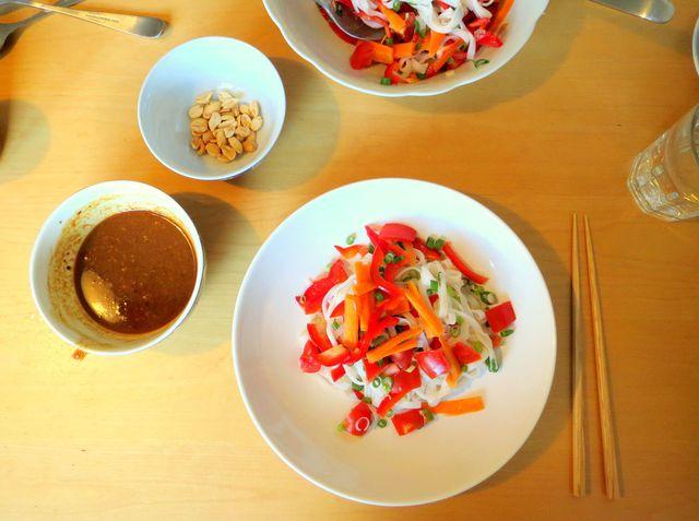 Der vegane Thai-Salat setzt sich zusammen aus knackigem Gemüse, Reisnudeln und einem würzigen Erdnussdressing.