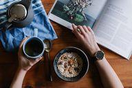 Eine Tasse Wermuttee zu den Mahlzeiten regt Appetit und Verdauung an.