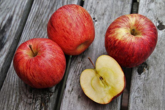 Das Kerngehäuse von Äpfeln kannst du problemlos mitessen.
