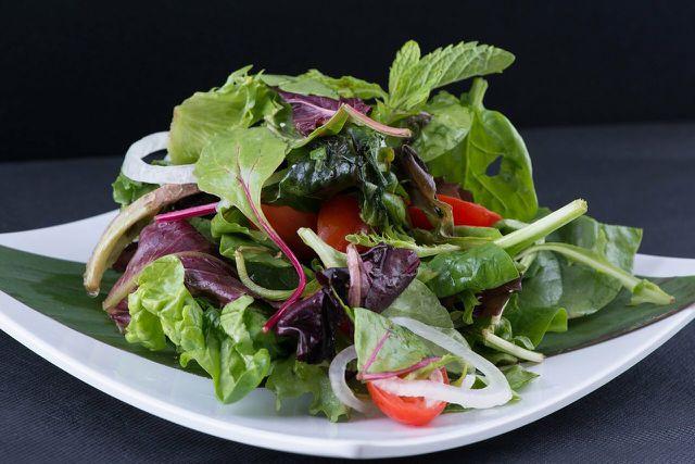 Einfache Blattsalate kannst du mit verschiedenen Dressings abwechslungsreich variieren.
