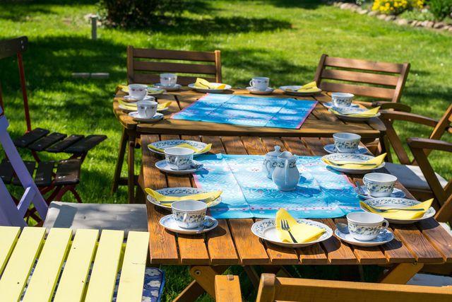 Durch einen Grillunfall beschädigte Gartenmöbel ersetzt die Hausratversicherung.