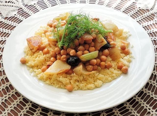 Couscous enthält viel Eiweiß und wenig Fett.