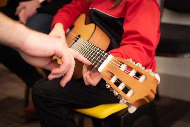 Eine Gitarre eignet sich insbesondere für Kinder, die gerne singen.