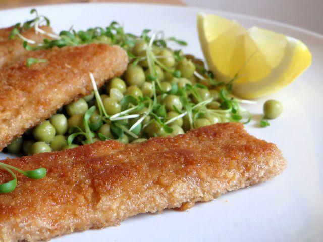 Vegane Fischstäbchen passen gut zu Erbsengemüse.