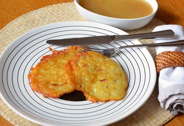 Kartoffelpuffer mit Apfelmus.