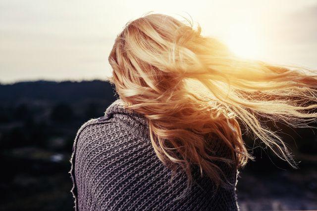 Eine Kur mit Hagebuttenöl tut den Haaren gut