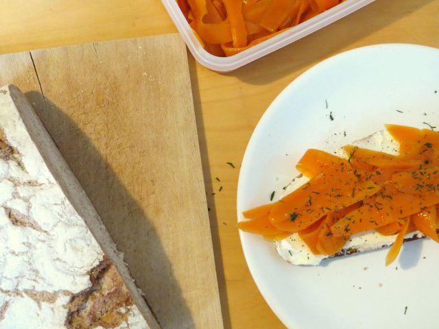 Karottenlachs schmeckt gut auf Brot mit (veganem) Sauerrahm.