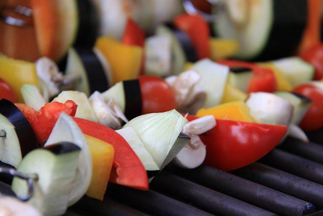 Gemüsespieße sind im Nu zubereitet.