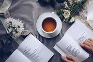 Eine Tasse Beruhigungstee und ein Buch können ein schönes Ritual schaffen.