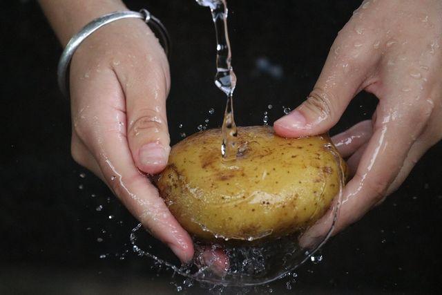 Wenn du gefüllte Kartoffeln zubereitest, musst du die Schale nicht entfernen.