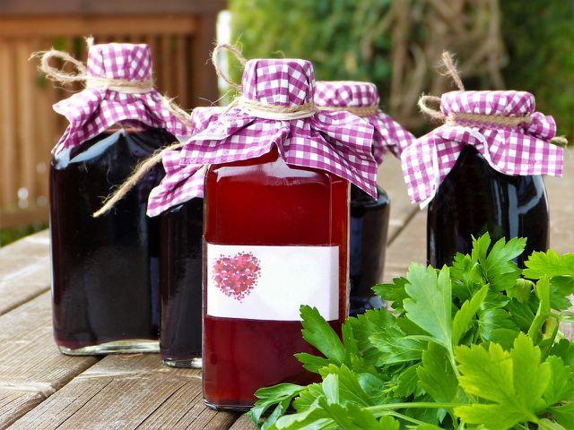 Fülle deinen fertigen Granatapfelsirup in saubere Glasflaschen um.