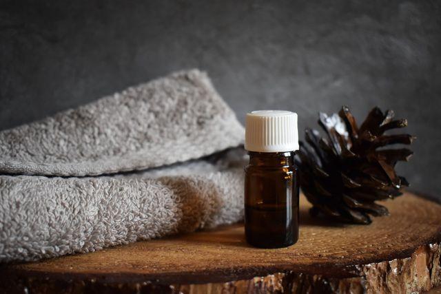 Eugenol im Nelkenöl wirkt gegen Zahnschmerzen.