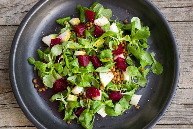 Der Rote-Linsen-Salat lässt sich vielfältig variieren.