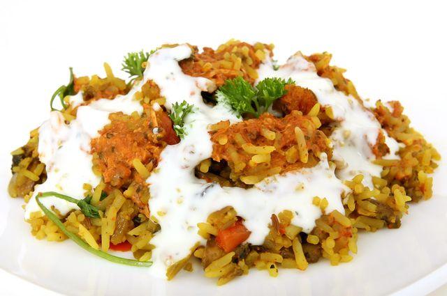 Joghurtsoße passt unter anderem auch gut zu Reis- und Hirsegerichten.