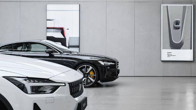 Links Polestar-Autos, rechts am Plakat der Versuch einer Nachhaltigkeitsdeklaration.