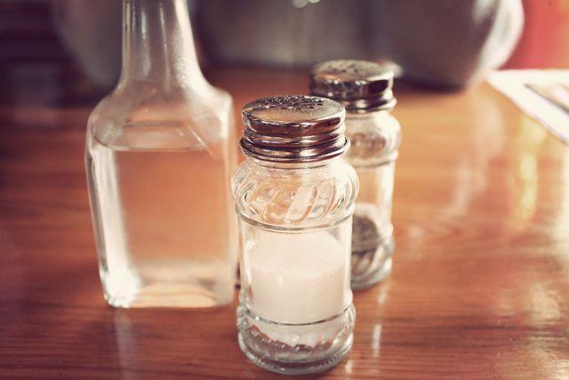 Um Meerrettich haltbar zu machen, brauchst du nur Salz und Essig.
