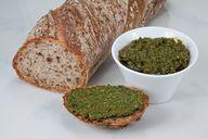 Veganes Pesto kannst du zu Nudeln oder als Brotaufstrich essen.
