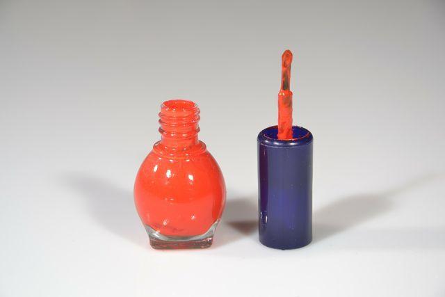 Damit du den flüssigen Nagellack auf dem Wertstoffhof entsorgen kannst, musst du zuerst das Nagellackfläschen gründlich mit Nagellackentferner ausspülen.