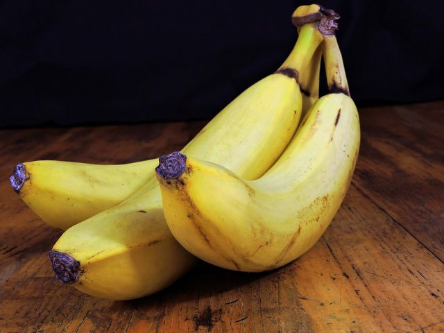 Zerkleinerte und getrocknete Bananenschale eignet sich als Dünger für viele Pflanzen.
