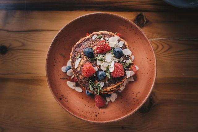 Pancakes sind ein Klassiker bei einem festlichen Sonntagsfrühstück.