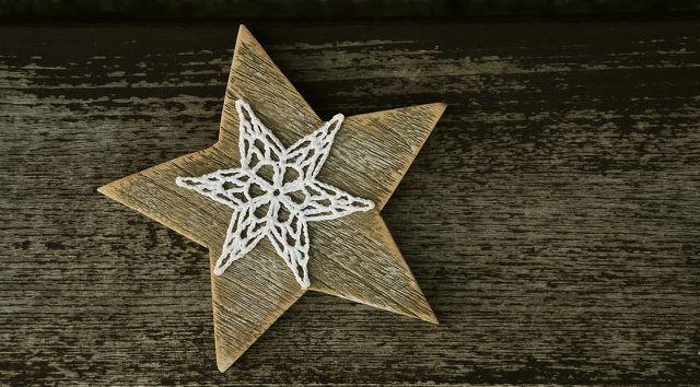 Dekoriere den Adventskranz mit Holzsternen für einen natürlichen Look.