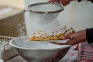 Strauben mit Puderzucker und Preiselbeermarmelade findest du oft auf Dorffesten.