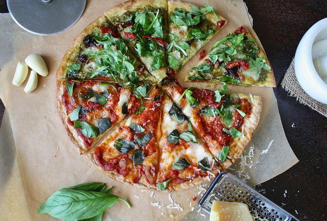 Glutenfreie Pizza mit leckerem Belag.