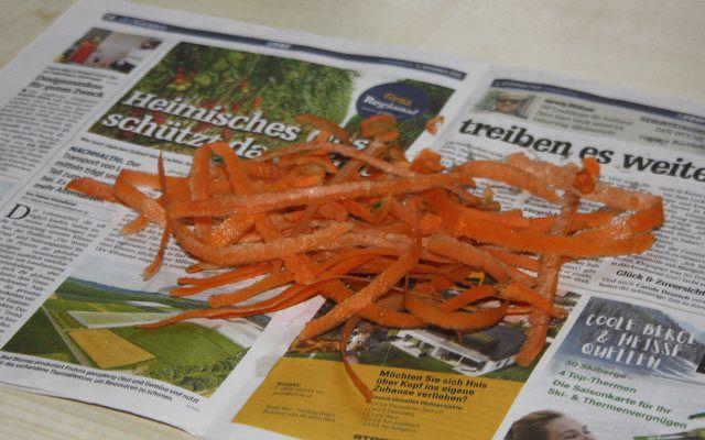 Alte Zeitungen schützen die Arbeitsfläche vor Verunreinigungen.