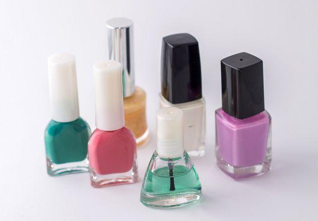 Wenn dein Nagellack schon etwas älter und vollständig eingetrocknet ist, kannst du auch über den Hausmüll entsorgen.