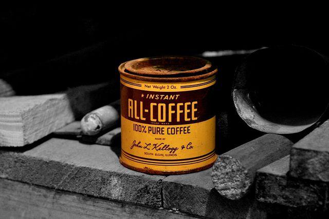 Kaffee bewahrst du am besten in einem luftdichten Behälter auf.