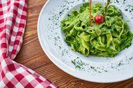 Zucchini-Pesto ist eine schnelle Soße für Pastagerichte.
