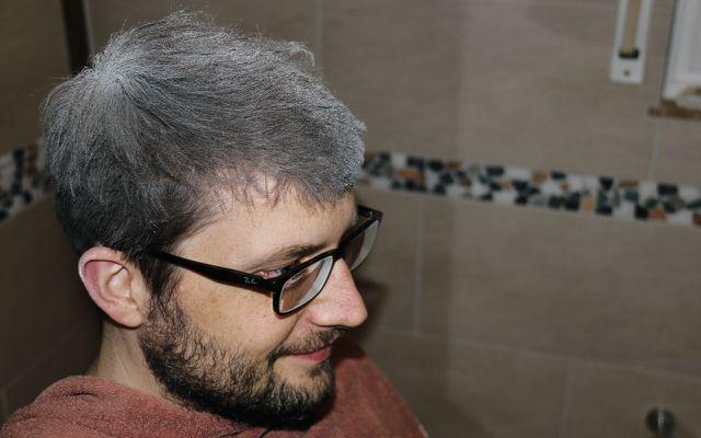Öko-Test-Redakteur probiert Trockenshampoo aus